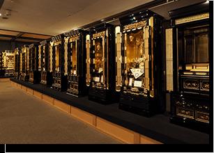 様々な仏間に合わせた金仏壇を多数展示しております